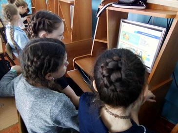 Фотография детей сидящих за компьютером